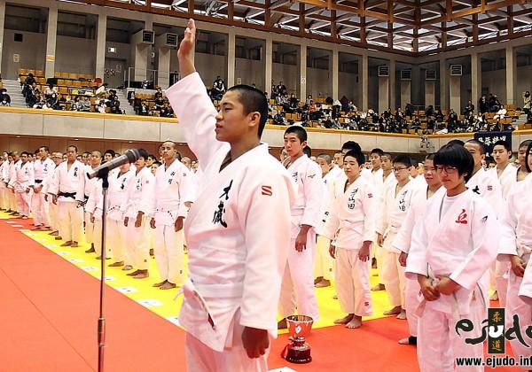第32回近代柔道杯全国中学生大会、開会式。 選手宣誓は四元羅生選手(大蔵中学校)。