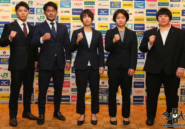 平成31年全日本選抜柔道体重別選手権大会、前日会見に臨んだ5選手。左から、66kg級の阿部一二三(日本体育大4年)、73kg級の橋本壮市(パーク24)、48kg級の近藤亜美(三井住友海上)、57kg級の芳田司(コマツ)、78kg超級の素根輝(環太平洋大1年)。