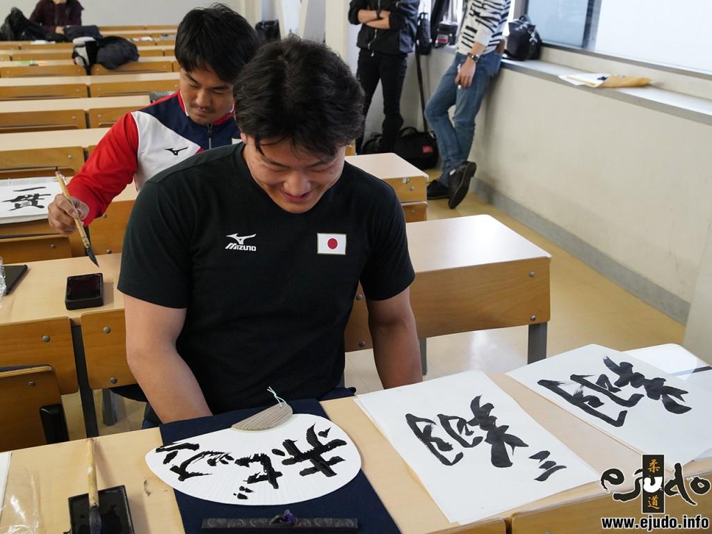 柔道男子日本代表が書道体験。向翔一郎は「赤ゼッケン」としたためる。