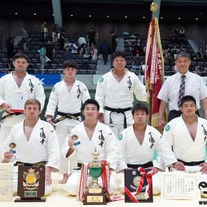 第69回全日本実業柔道団体対抗大会、男子第2部優勝の了徳寺大学職員