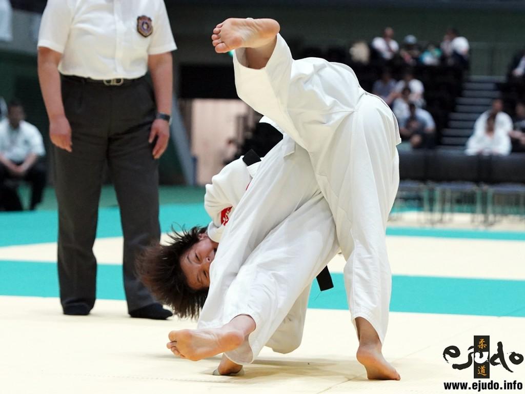 第69回全日本実業柔道団体対抗大会女子第2部決勝、ヤックスAの先鋒大和久友がセンコー・渡邊真珠美から袖釣込腰「一本」