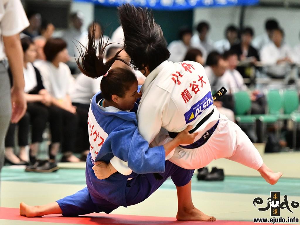 2019年度全日本学生柔道優勝大会(女子28回)女子5人制準々決勝、東海大の副将エルビスマルロドリゲスが龍谷大・小林幸奈から小外掛「一本」。