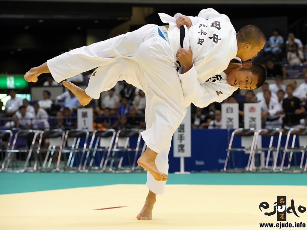 第68回インターハイ柔道競技73kg級決勝、有馬雄生が田中裕大を相手に「やぐら投げ」からの内股で「技有」を奪う。