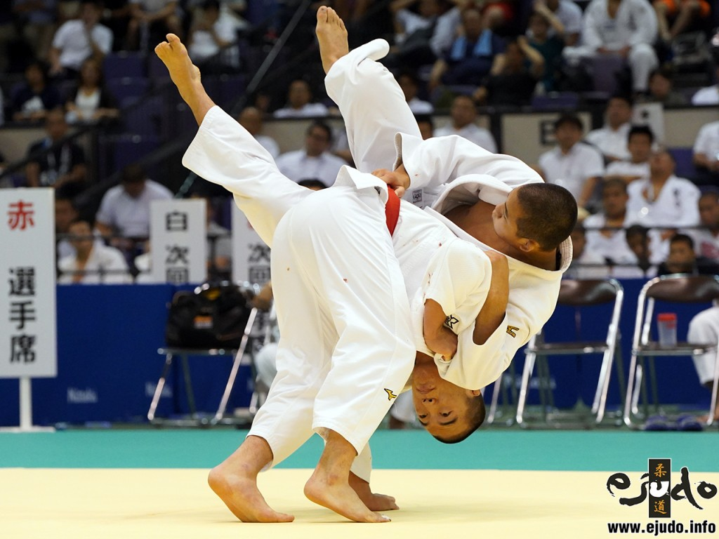第68回インターハイ柔道競技81kg級決勝、竹市大祐が老野祐平から袖釣込腰「一本」