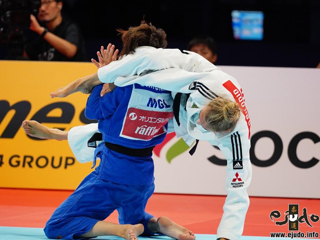 東京世界柔道選手権2019女子48kg級準決勝、ダリア・ビロディドがムンフバット・ウランツェツェグを三角に絡めとる