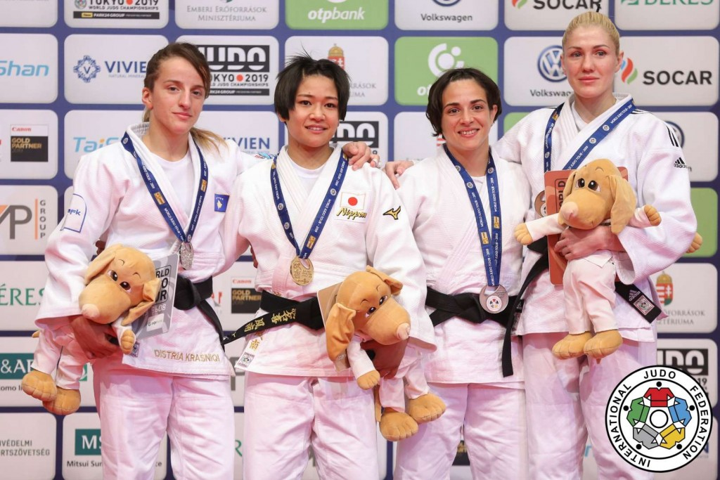 柔道グランプリ・ブダペスト2019、48kg級メダリスト。左から2位のディストリア・クラスニキ、優勝の渡名喜風南、3位のマリア・チエルニアクとジュリア・フィゲロア、
