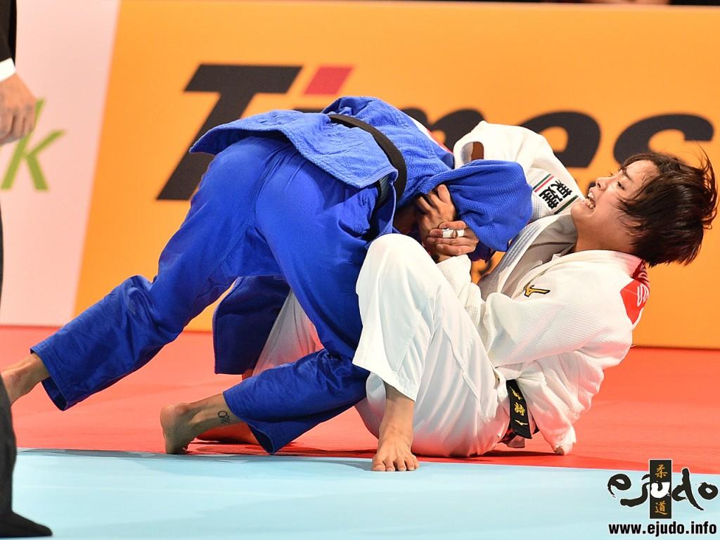東京世界柔道選手権2019女子52kg級準決勝、阿部詩がマイリンダ・ケルメンディの腕に食いつき「腕緘返し」で引っこ抜く。