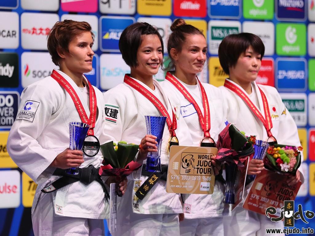 東京世界柔道選手権2019女子52kg級メダリスト。左から2位のナタリナ・クズティナ、優勝の阿部詩、第3位のマイリンダ・ケルメンディと志々目愛