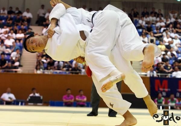 第50回全国中学校柔道大会男子60kg級決勝、小野日向が井出凱王から左一本背負投でまず「技有」。