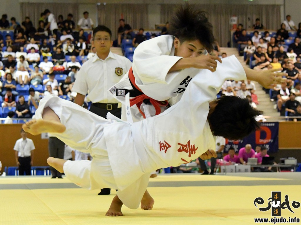 第50回全国中学校柔道大会女子52kg級2回戦、横田ひかりが青木心音から小外刈「一本」