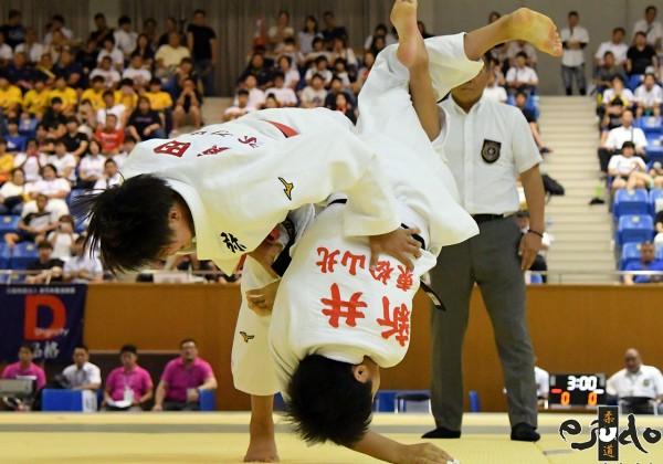 第50回全国中学校柔道大会女子52kg級決勝、横田ひかりが新井心彩から開始5秒まず内股で「技有」。横田は今大会全試合一本勝ちで頂点を極めた。