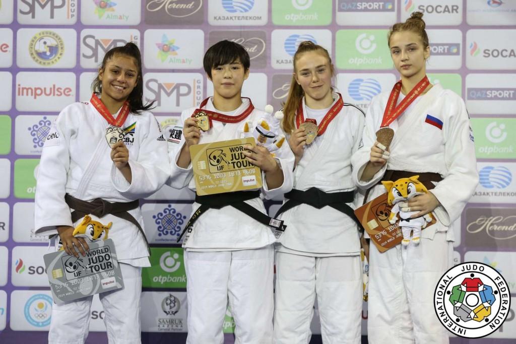 57kg級メダリスト。左から2位のサラ・ソウザ、優勝の江口凜。