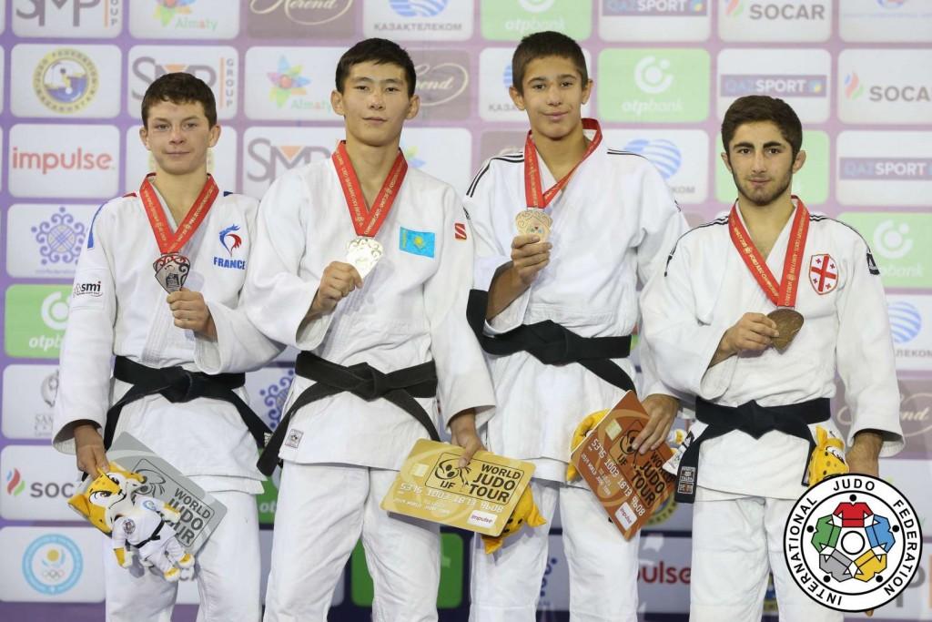 50kg級メダリスト。左から2人目が優勝したセリクバエフ。