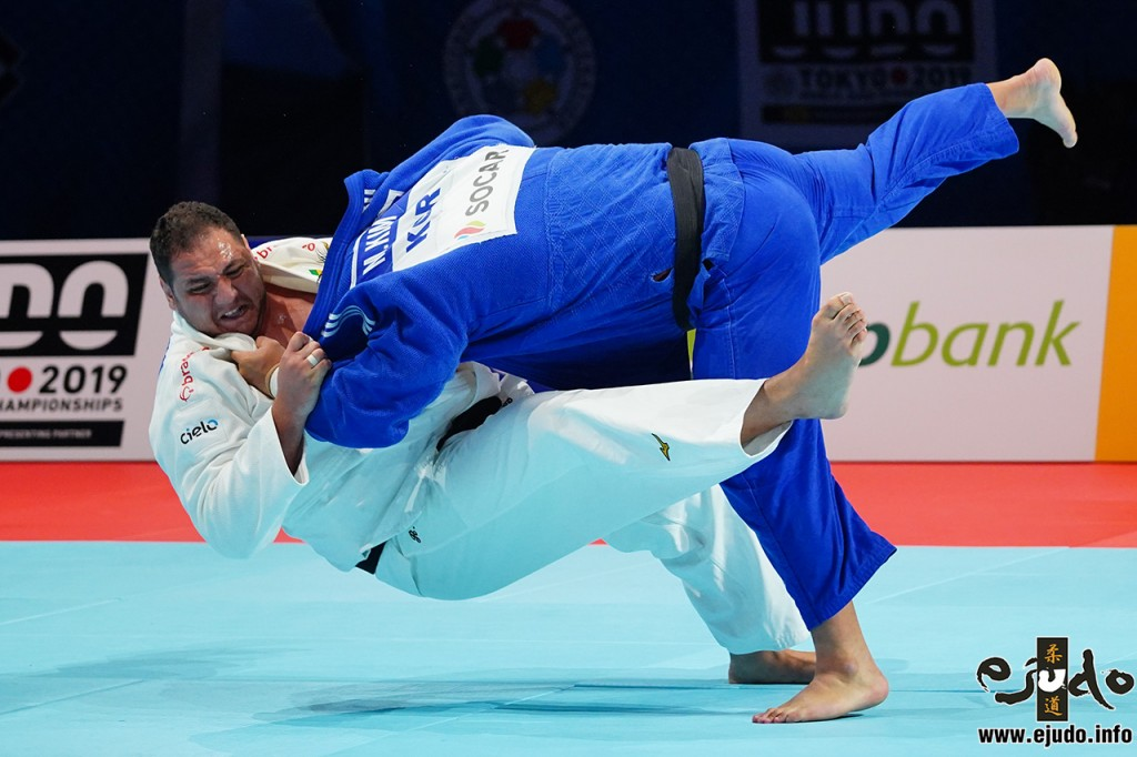 At Bronze match, KIM Minjong threw Rafael SILVA with Ouchi-gari.