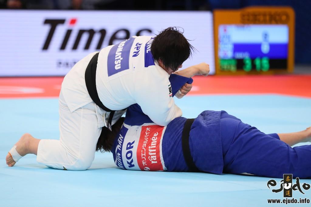 2回戦、素根はハン・ミジンを袖釣込腰で転がすとそのまま腕を制する
