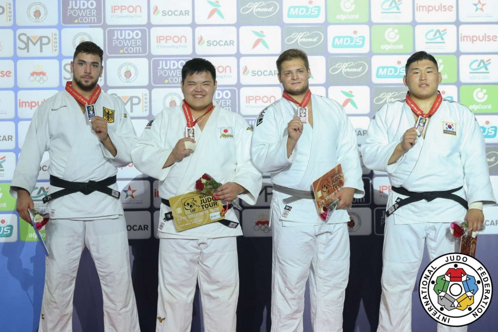 100kg超級メダリスト。左から2位のエリック・アブラモフ、優勝の松村颯祐、3位のリヒャルト・シポッツとキム・ミンジョン。