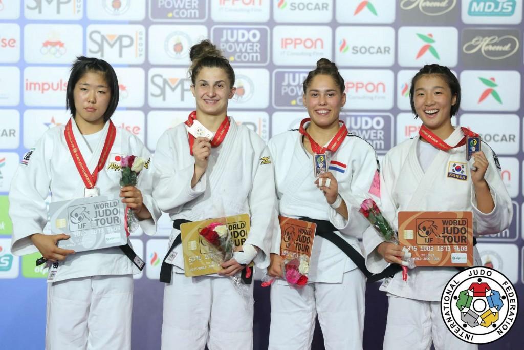 57kg級メダリスト。左から2位の袴田佳名瑚、優勝のエテリ・リパルテリアニ。
