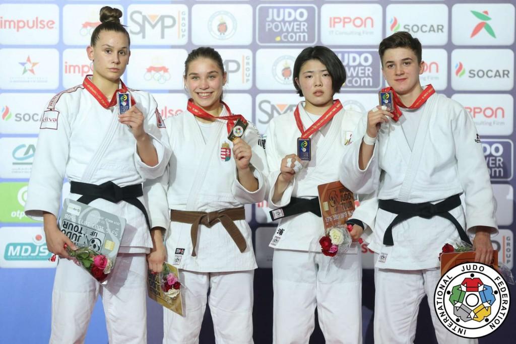63kg級メダリスト。左から2位のアニャ・オブラドヴィッチ、優勝のソフィー・オズバス、3位の浦明澄。