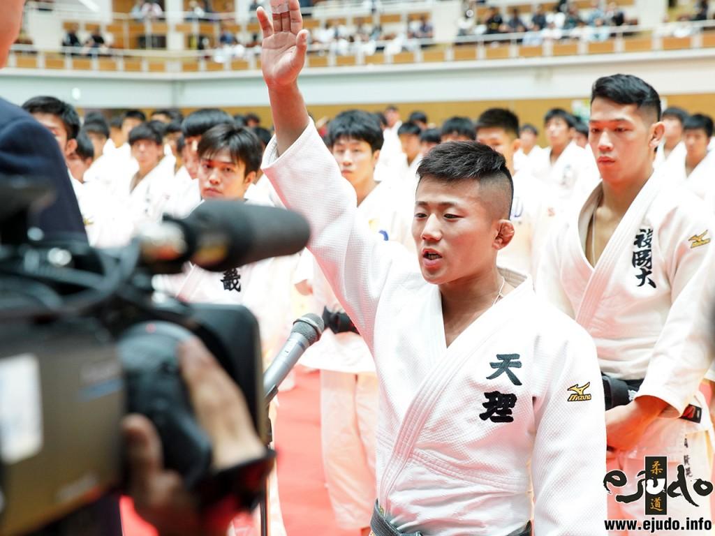 選手宣誓は天理大・樋口裕大選手が務めた