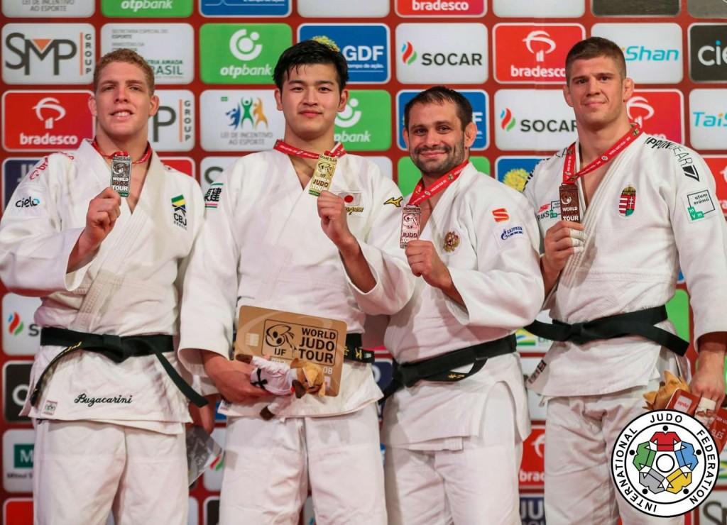 100kg級メダリスト。左から2位のラファエル・ブザカリニ、優勝の飯田健太郎、3位のキリル・デニソフとミクロス・サーイエニッチ。