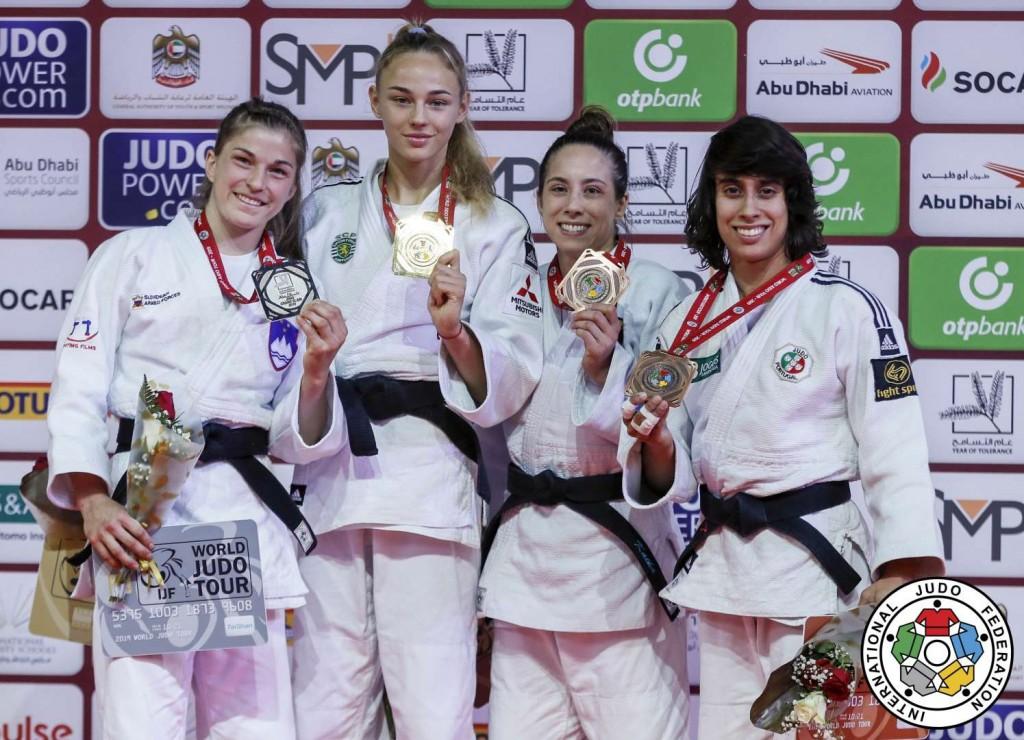 48kg級メダリスト。左から2位のマルサ・スタンガル、優勝のダリア・ビロディド、3位のカタリナ・メンツとカタリナ・コスタ。
