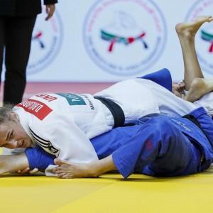 48kg級決勝、ダリア・ビロディドがマルサ・スタンガルから崩上四方固「一本」。