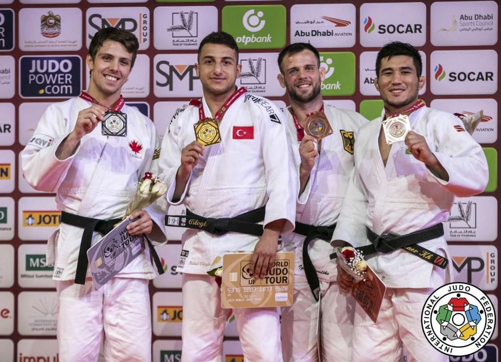 73kg級メダリスト。左から2位のアルチュール・マルジェリドン、優勝のビラリ・ジログル、3位のイゴール・ヴァンドケとヒクマティロフ・ツラエフ。