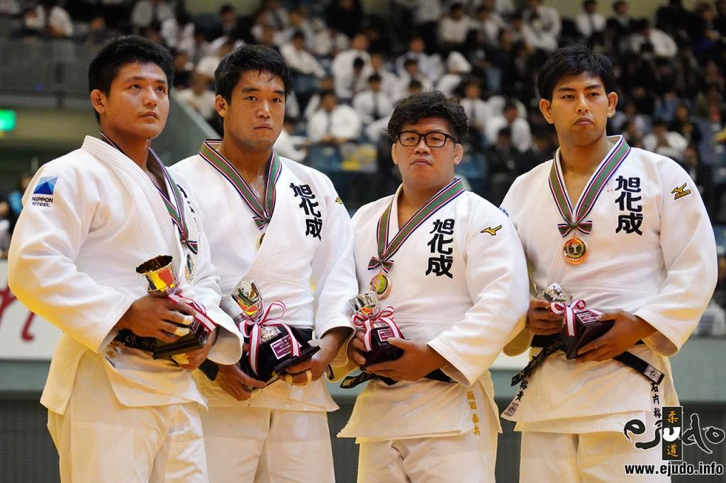 100kg級メダリスト。左から2位の西山大希、優勝の羽賀龍之介、3位の垣田恭兵と石内裕貴。