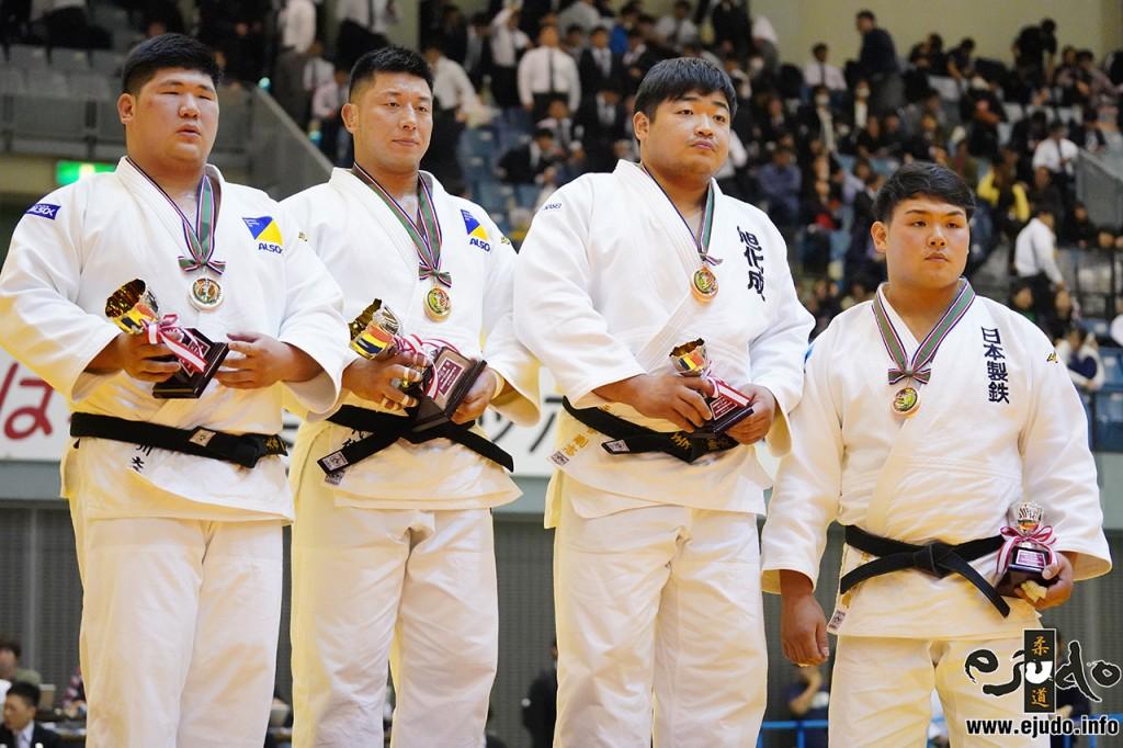 100kg超級メダリスト。左から2位の香川大吾、優勝の熊代佑輔、第3位の王子谷剛志と佐藤和哉。