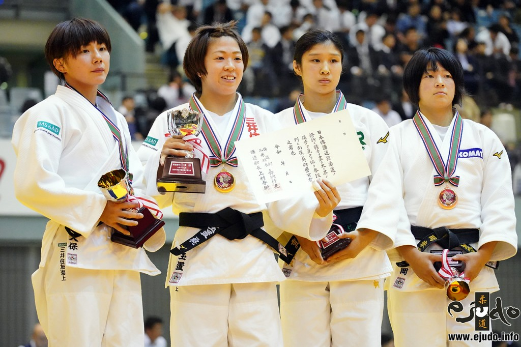 57kg級メダリスト。左から2位の舟久保遥香、優勝の玉置桃、3位の柴田理帆と鶴岡来雪。