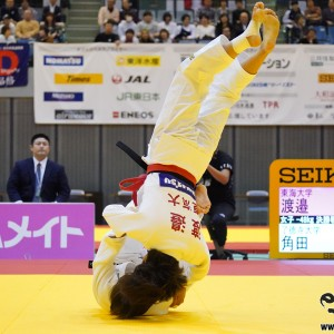 48kg級決勝、角田夏実が渡邉愛子から巴投でまず「技有」