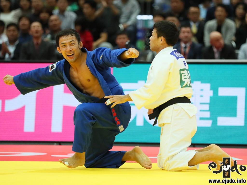 得意技で大一番を勝った髙藤は手を広げて喜び、会心の表情。