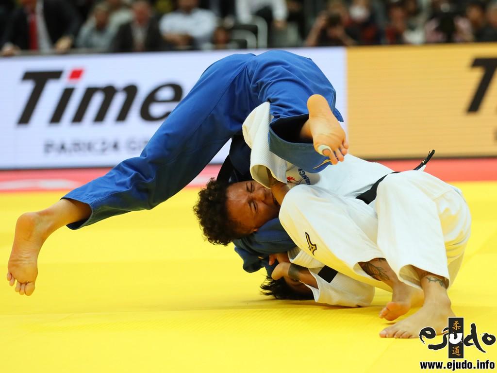 52kg級決勝、アモンディーヌ・ブシャーが阿部詩から肩車「技有」
