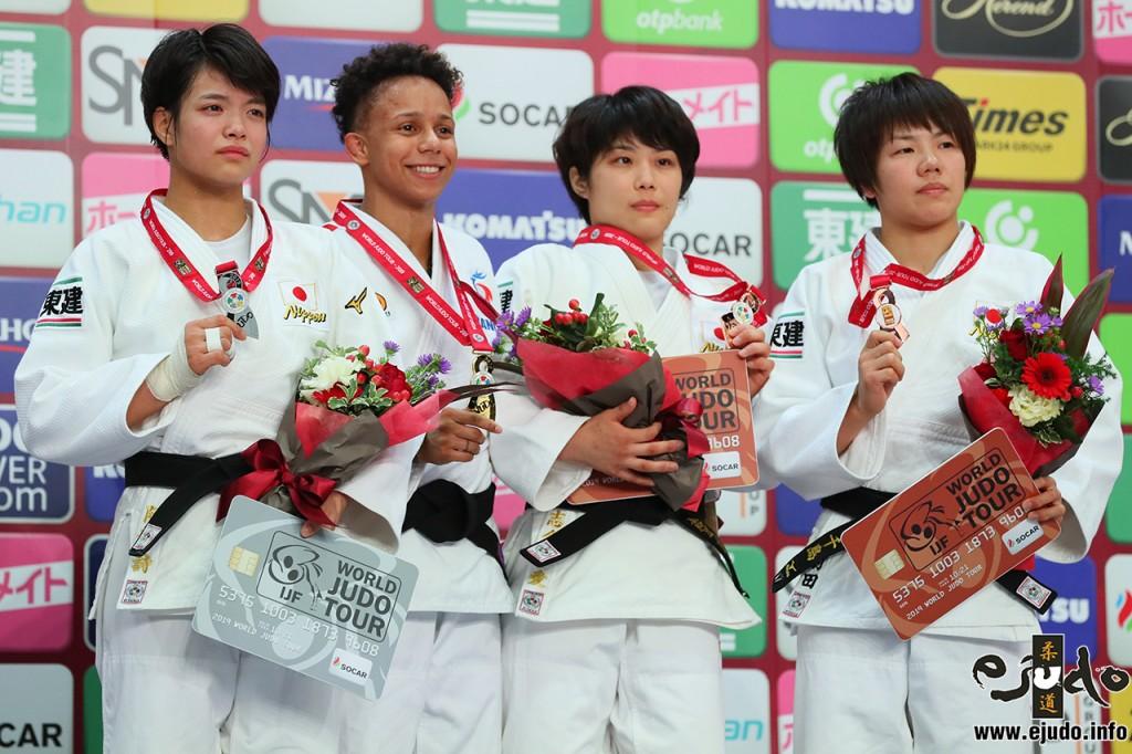52kg級メダリスト。左から2位の阿部詩、優勝のアモンディーヌ・ブシャー、3位の志々目愛と前田千島。