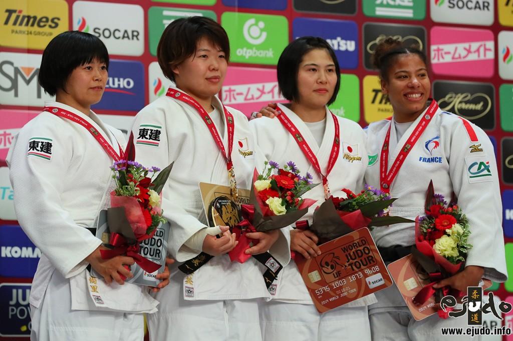 78kg級メダリスト。左から2位の濵田尚里、優勝の梅木真美、3位の泉真生とファニー=エステル・ポスヴィト。