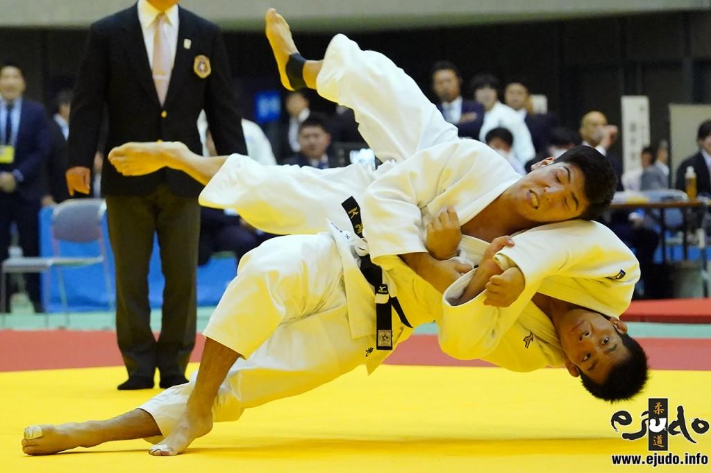 81kg級準決勝、友清光が佐々木健志から袖釣込腰でまず「技有」