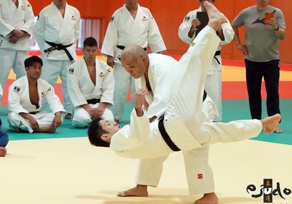 岡野功氏が全日本男子チームに特別講義。写真は相手の技を誘い、体を後に捌きながらの左体落。