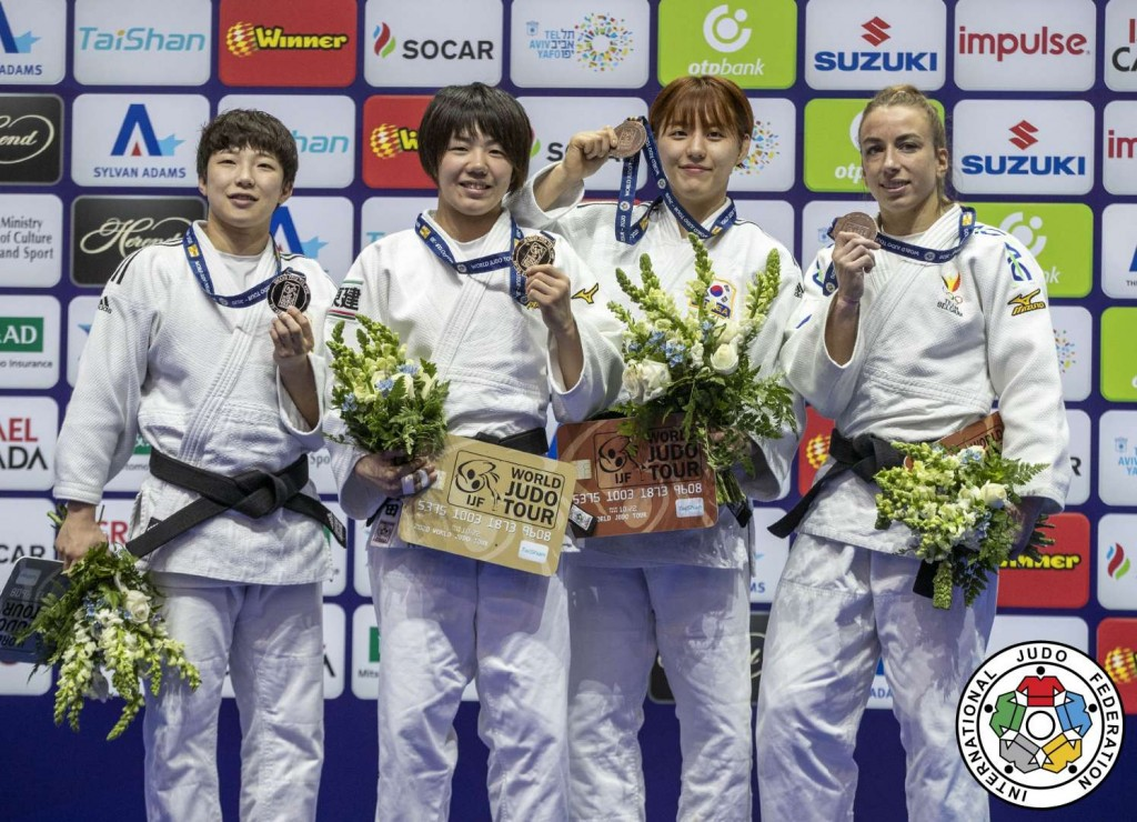 52kg級メダリスト。左から2位のジョン・ボキョン、優勝の前田千島、3位のパク・ダソルとシャーリン・ファンスニック。