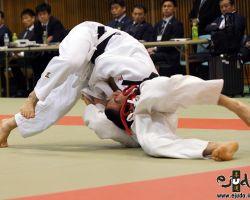 60kg級決勝、辻岡慶次(大成高2年)が高田顕矢(足立学園高2年)に左背負投を決め切って「技有