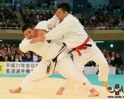 一回戦。徐々に落ち着きを取り戻した斉藤立が加藤大志を体落で攻める