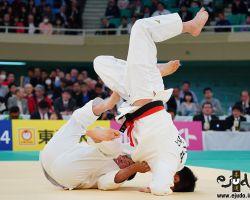 一回戦。北野裕一が得意の隅返、下和田翔平は辛くもかわして膝から着地。